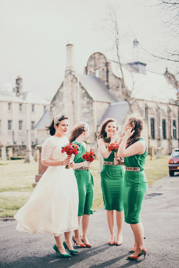 Bridesmaids in green | Photography by www.johnelphinstonestirling.com | Jewel Tone Wedding { 17 ideas to Use Jewel Tones } https://www.itakeyou.co.uk/wedding/jewel-tone-wedding-theme #jeweltone #wedding #fallwedding: