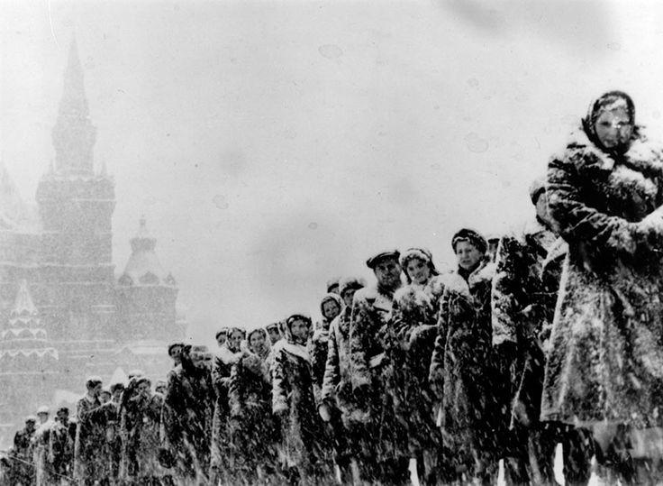 IlPost - In fila per visitare la tomba di Lenin, Mosca, Russia, 1959 (Keystone/Getty Images) - In fila per visitare la tomba di Lenin, Mosca, Russia, 1959 (Keystone/Getty Images)