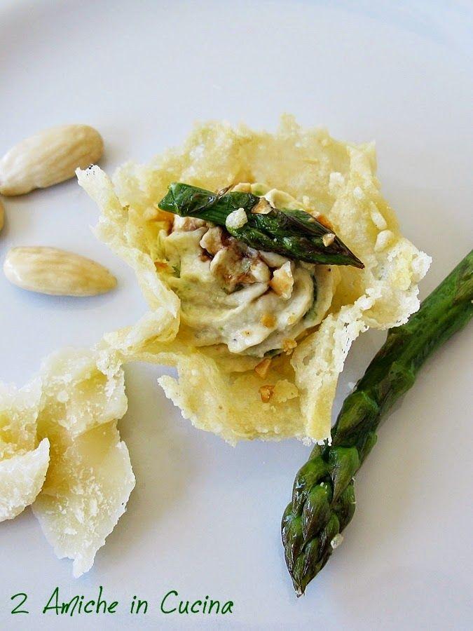 Cestini di Parmigiano Reggiano con Mousse di Pollo e Asparagi all'Aceto Balsamico e Mandorle