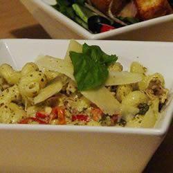 Incroyable plat de pâtes au poulet dans une sauce crémeuse au pesto @ qc.allrecipes.ca