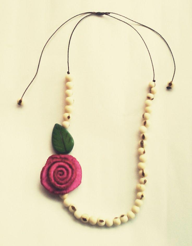 Collar asai, rosa de naranja y hoja en tagua