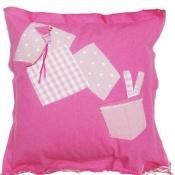 Een roze zitkussen van Ploem gemaakt uit roze jeansstof en afgewerkt met toffe versieringen.