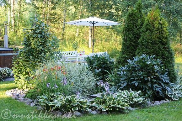piha,puutarha,kukkia,kukkapenkki,pioni,vesiaihe,suihkulähde,kylpytynnyri