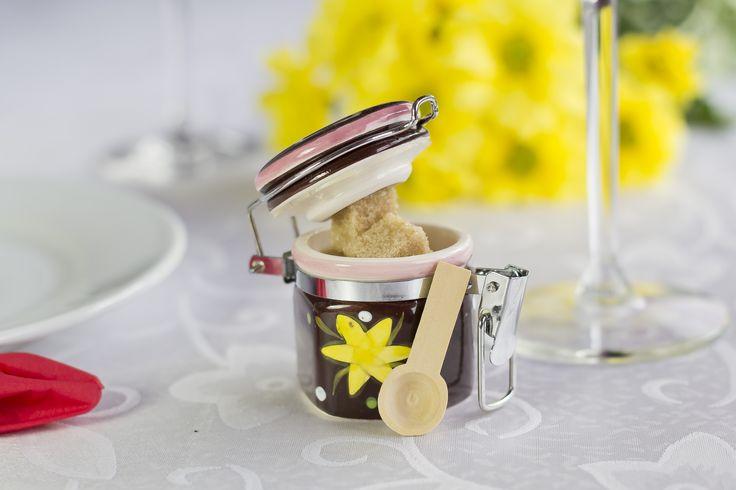 #Marturie Pentru #Nunta, din ceramica,  cu prindere metalica si lingura de lemn bambus, imprimata cu motiv floral, ce poate contine dupa preferintele Mirilor: ceai, boabe de cafea, cuburi de zahar, nuci, bomboane, etc ...  peste 100 buc. - 8 lei/buc peste 50 buc. - 8.5 lei/buc, Pret: 9 lei/ buc  Comanda minima: 25 buc.  Dimensiune: 6 cm lungime / 5 cm latime  Pentru comanda  0733 248 374 Loredana