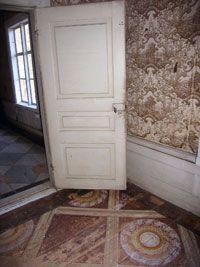 Måla golvet! - Att måla golven är fortfarande en bra utväg om golven är nerslitna och stickiga. Linoljefärgen fyller ut sprickor och ojämnheter och binder ihop ytan så att golvet åter blir lättstädat och skönt att gå på.
