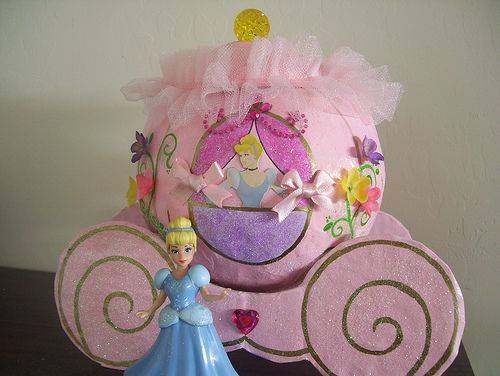 Carruaje de princesa (organizar de moños) hecho con globo y papel mache/ princess carriage (bows organizer) made from balloon and paper mache. Recycled crafts. Tutorial here https://www.facebook.com/media/set/?set=a.270317262981604.85082.194463230567008=3