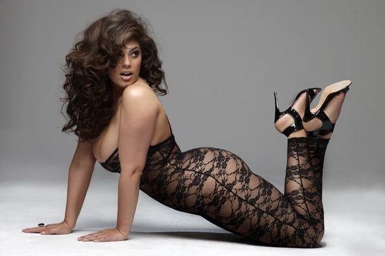 plus size model ashley graham she looks hot and killing the skinny girls with dem curves!