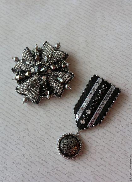 Купить или заказать Комплект 'Милитари' черный, серый, кристаллы Swarovski бисер в интернет-магазине на Ярмарке Мастеров. Броши в стиле милитари. Комплект состоит из броши ордена и медальки.