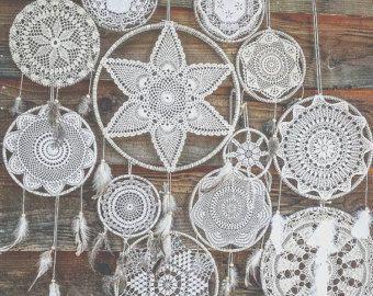 Articles similaires à Dream Catcher - Dark Moon - avec amulette ronde, cadre brun et plumes blanches - décoration de la maison Mobile sur Etsy