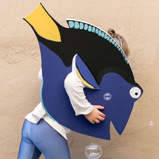 In dit prachtige zelfgemaakte kostuum van Dory blijf je zwemmen, zwemmen, zwemmen.... Kinderen zijn dol op dit eenvoudige kostuum dat je zelf kunt maken.