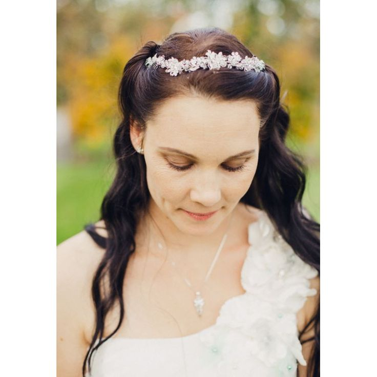 The Catalina Bridal Hair Vine is one our favourite bridal hair pieces! It's so versatile and can compliment many styles, whether it be at the back of your bun or on the side, woven into a finger wave hair do.It has a distinct vintage look to it because of the dark rhodium plating set with clear crystals and cubic zirconia.The Catalina can be worn to the side, on the crown, or at the back - it is a versatile piece.Measurement: 21cm long, with two small combs on either end, and 3cm at its…