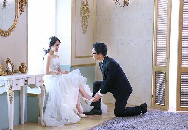 ♡ お支度ショットをお願いしようと思いきや 履かせてもらうこととなった1枚😇👠 席次表とプロフィールブックに格闘中の日々‥‥ #happywedding #bigLove #weddingparty ##weddingideas #welcome #marry #結婚準備 #招待状作り #プレ花嫁 #結婚 #披露宴 #挙式 #ウェディングフォト #ウェディング #結婚式 #夫婦 #モントレ横浜 #0218 #関東花嫁 #横浜花嫁 #みなとみらい #marry花嫁 #韓国 #クウォーター #韓国ウェディングフォト #ウェディングドレス #dress  #お支度ショット #シンデレラ #👠