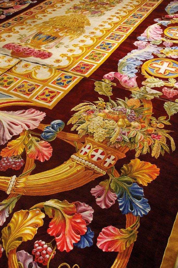 Corne d'abondance en or chargée de fruits et d'épis de blé.© NDP/Tapis monumental exposé dans la nef de la cathédrale Notre Dame de Paris, tissé de 1825 à 1833 pour le choeur de Notre-Dame par la célèbre Manufacture de la Savonnerie. // #tapestry