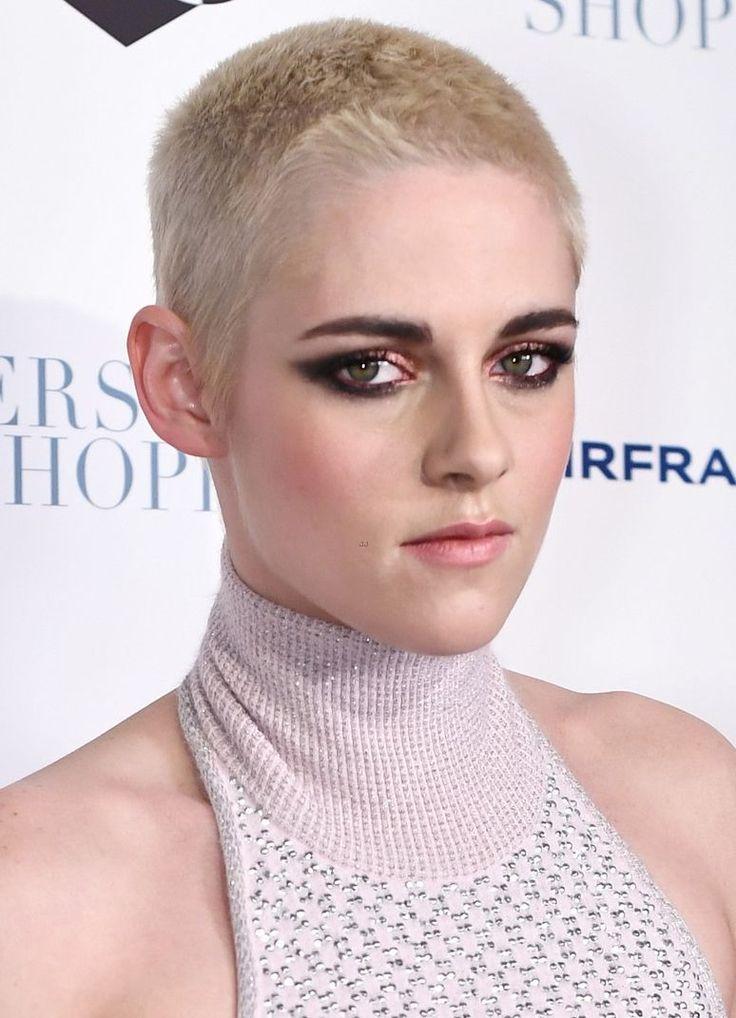 """De cabelo loiro claro e corte militar, Kristen Stewart percorreu o tapete vermelho em Nova York para divulgar seu novo filme, """"Personal Shopper"""", dizendo que espera ajudar outras pessoa…"""