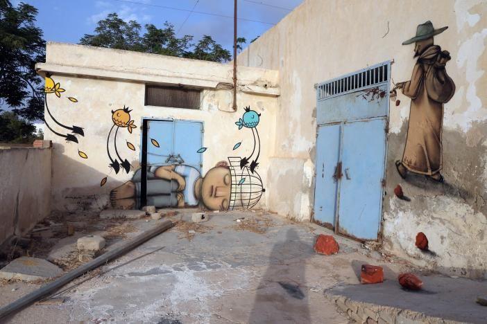 Ins Leben gerufen hat das Projekt der Tunesier Mehdi Ben Cheikh, der in Paris die Galerie Itinerrance führt. Nach der Revolution und Vertreibung des Langzeitdiktators Ben Ali wollte er etwas für sein Land tun und lud Street-Art-Künstler aus der ganzen Welt ein: unter anderem aus Frankreich, Japan, Deutschland, Mexiko, Südafrika – und aus Tunesien selbst. Das Bild zeigt ein Werk des französischen Künstlers Seth (l.) und eines des Spaniers Malakkai (r.).