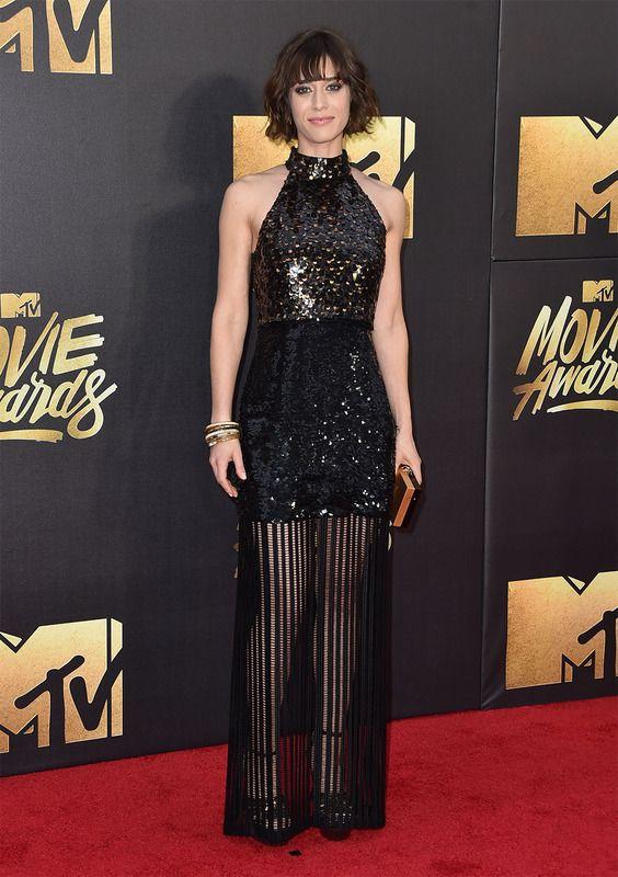 El vestido de la actriz Lizzy Caplan lo firmaba Sally Lapointe con lentejuelas por arriba y una rejilla por las piernas. El clutch era de Charlotte Olimpia.