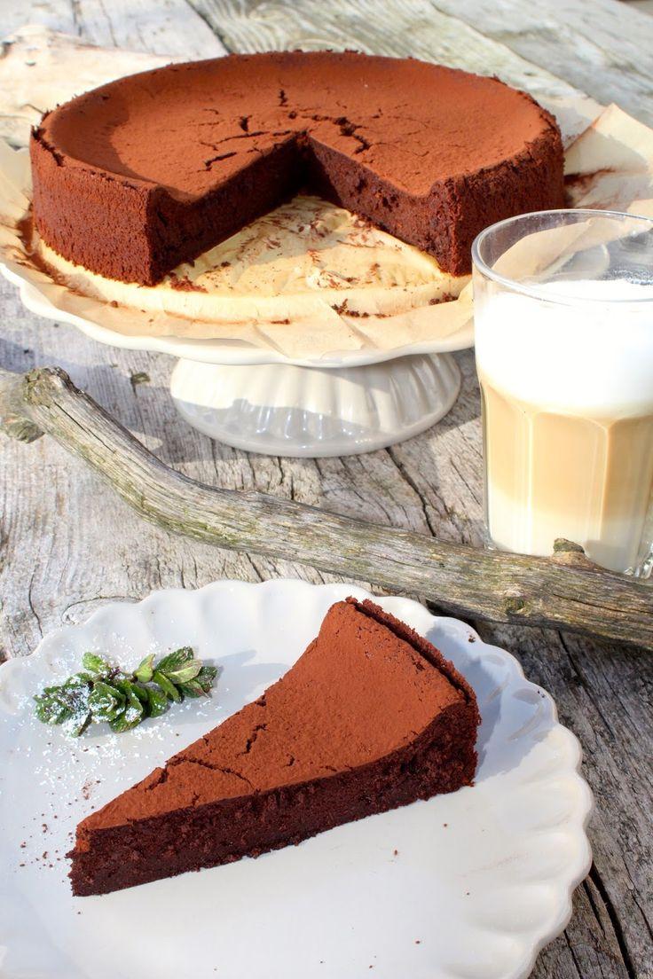 Zarter Schokoladenkuchen trifft luftige Mousse au Chocolat. Heraus kommt ein gar köstlicher Schokoladenkuchen ganz ohne Mehl und Butter.