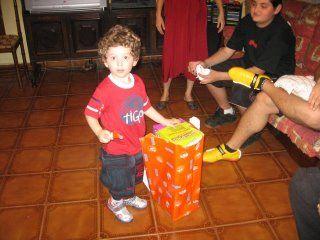 Gabriel abrindo um dos vários presentes que ganhou.... ECommerceBoy compartilhando e aprendendo