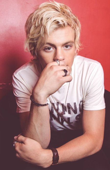 Ross Lynch... Why do u do this to me?!?