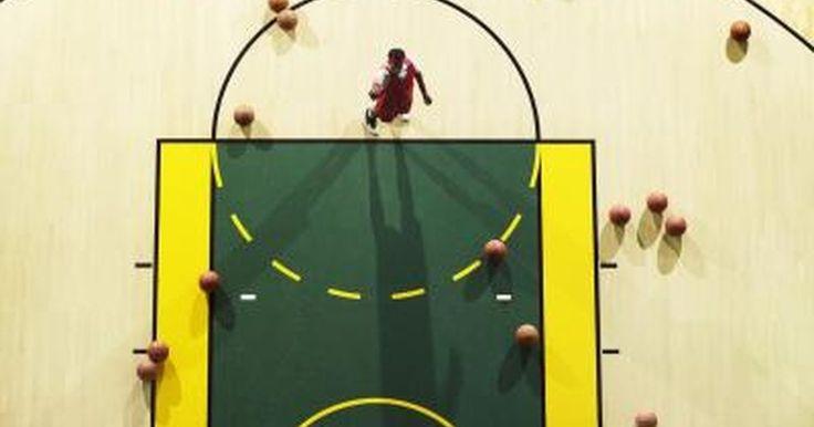 Cómo marcar los límites en una cancha de baloncesto. Los detalles y las medidas de una cancha de baloncesto varían entre las diferentes ligas y escuelas. Sin embargo, las partes básicas son las mismas. El campo de juego es de forma rectangular, con un círculo y una línea divisoria en el medio. A ambos lados de la línea se encuentra un semi-círculo (o forma similar) que contiene un pequeño círculo, ...