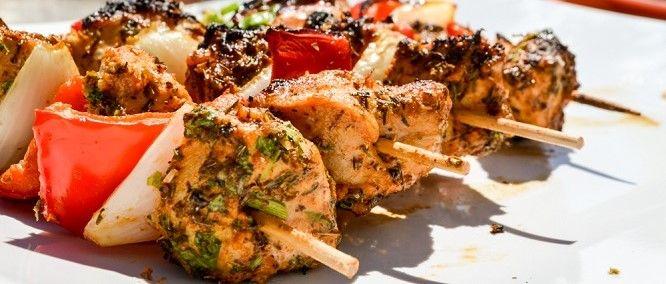 Souvlaki- Serveer de spiesjes met komkommersalade, zoete tomaatjes en een keuze aan salades. Voor wat extra vulling, leg je enkele (zoete) aardappels bij op de grill.
