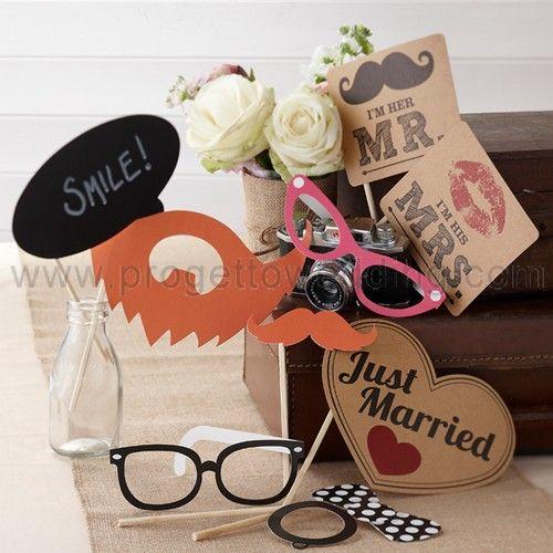 Photo Booth Kit Vintage . Il Kit comprende 10 oggetti come occhiali, baffi e papillon. Una cabina per fare le foto come quelle di una volta o un semplice sfondo, con una polaroid o una macchina professionale, l'importante è divertirsi!