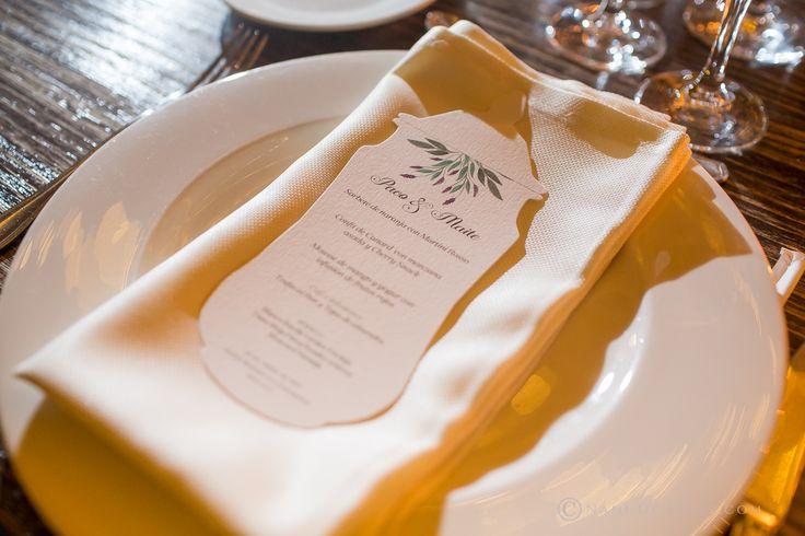 Minuta para la boda de los farmaceúticos Paco y Maite, realizada con forma de albarelo de cerámica con diseños de Loveratory. La organización integral de la boda corrió a cargo de Sí!Quiero.  Foto: Nani de Pérez #minuta #minutadeboda #menú #menudeboda #bodabotanica #bodafarmacia #bodas2017 #tendenciasdeboda