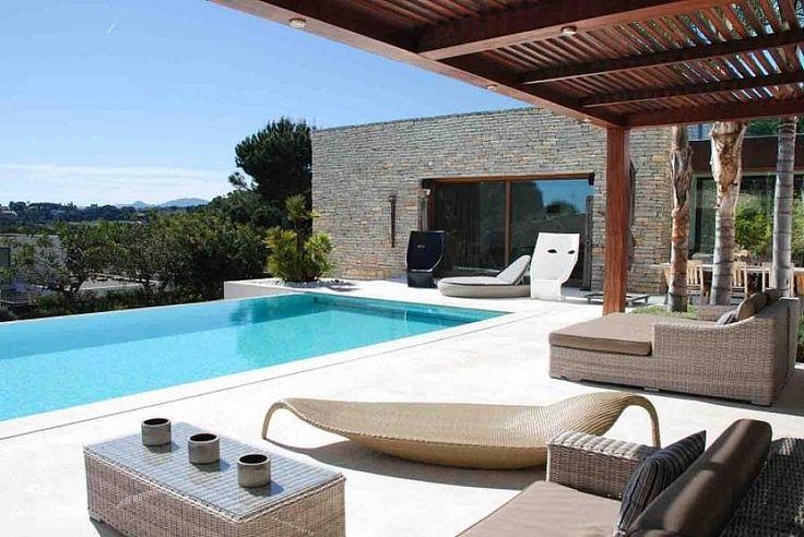 Современная вилла с видом на море в курортном городке Сан Андрэу де Яванерас в 35 км от Барселоны. Красивая зеленая местность, большой пляж, яхтенный порт Balis, гольф-клубы, рестораны.