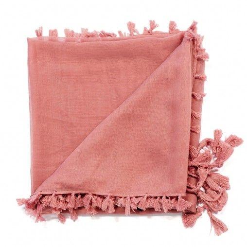 Roze sjaal met aan uiteinden flosjes.