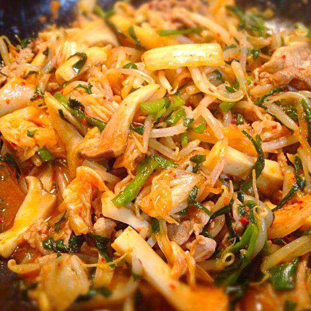ダイエット中のパパのために野菜たっぷりの豚キムチ‼️ニラ、もやし、エリンギでカサ増しw - 39件のもぐもぐ - 豚キムチ〜だけどほぼ野菜w by sakyu☆