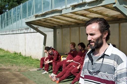 Vincenzo (Stefano Cassetti), un assistente sociale che dopo la morte della moglie fatica a trovare il proprio equilibrio: la sua vita si divide tra il lavoro, una figlia adolescente e la locale squadra di rugby...