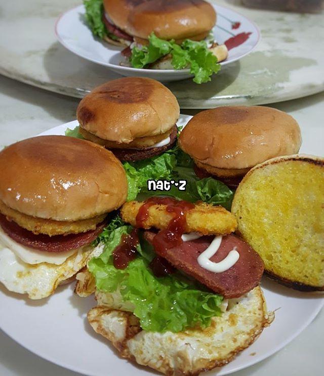 Breakfast with homemade BURGER 😋 Kiddos request dibikinin burger.Ya udah kmrn beli bahannya sgala macam.Pagi2 dah ngedapur 😄.Isinya daging ham,daging burger ayam,telur,selada,keju ama tomatnya ngumpet pemirsa😂hihi ketutupan saking penuh isinya😅.Siram dengan saos tomat,saos sambal dan mayonaise. Met Breakfast all😁 Happy Sunday😉 Met Beribadah😇 ° ° ° ° #burger #burgers #cheeseburger #beefburger #chickenburger #homemade #homemadeburger #breakfast #sarapan #sundaymorning #sunday…