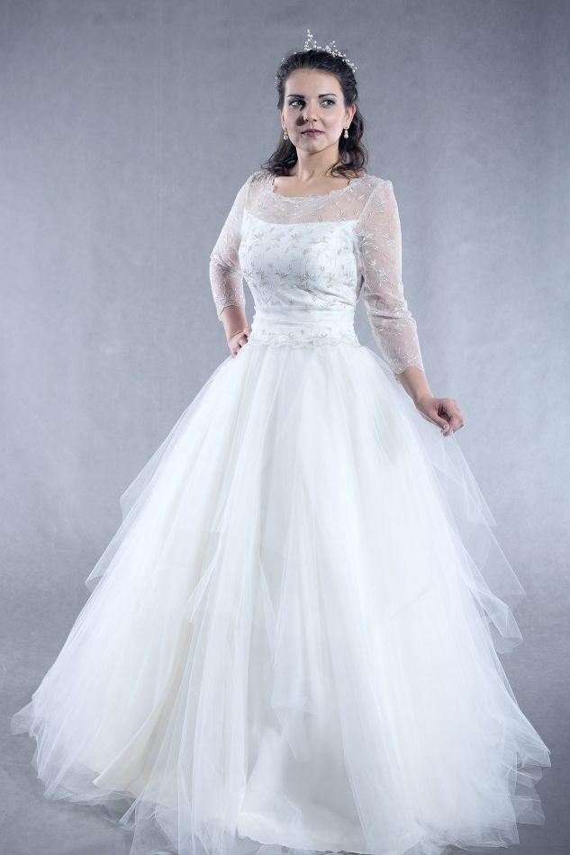 Svatební šaty s bohatou tylovou sukní Šaty z tylu vyšívaného kovovou nití v barvě metal, sukně z mnoha vrstev tylu. Není třeba vyztužená spodnička, sukně je sama o sobě dost bohatá. Velikost 40, na objednávku je možné ušít jiná velikost.