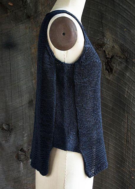 Denne top er meget anvendelig og kan bruges både for sig selv og oven på andre bluser. Den er her strikket i hør i båndgarn, men andre materialer kan bruges.