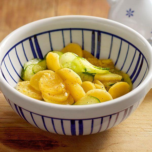 Kartoffelsalat? Gurkensalat? Wie wäre es denn mit beiden? Und wenn sich Kartoffel- und Gurkenscheiben mit der leckeren warmen Brühe verbinden, wollen...
