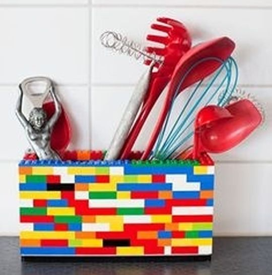 porta treco de lego - - - - utensil crock made from Lego. COOL. Why didn't I think of that?!
