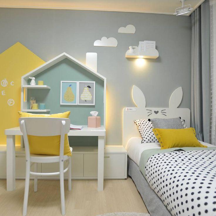 Stupenda stanza bambino, allegra e colorata in giallo, blu e grigio - illuminazione con lampada particolare e strisce a led