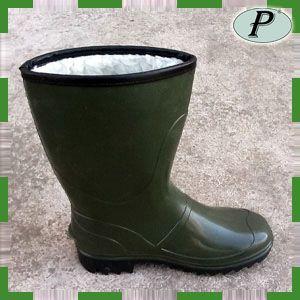 Botas de agua con forro de borrego interior para las bajas temperaturas. Ideal para trabajos con agua en el exterior. Cómodas y de peso ligero. Ver más en: http://www.tplanas.com/botas-de-agua-forradas-media-cana-oliva.html