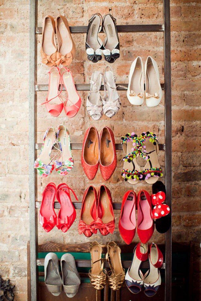 Eine Alternative zum Schuhschrank? Eine Leiter! Einfach alle High Heels an die Sprossen hängen! Genialer Schuh Hack! Weniger ist mehr: So entrümpelst du endlich dein Zuhause