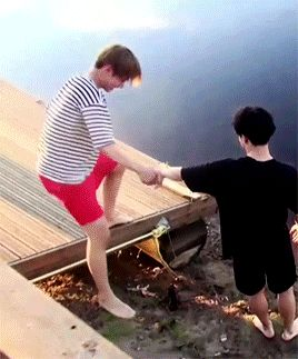 Aww Jimine oppa's helping Taehyung down the step