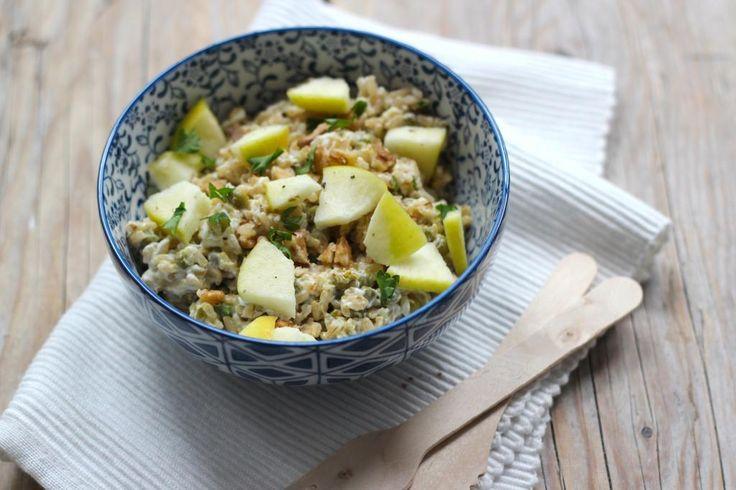 rijstsalade met appel en walnoot: 1 appel 150 gram (zilvervlies)rijst handje walnoten 2 el creme fraiche 2 tl mayonaise 6 el doperwten uit blik p/z+1 tl kerriepoeder blik tonijn