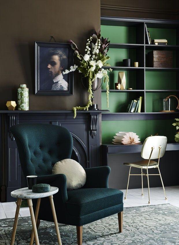 Gótico suave na decoração!  Não é apenas o mix entre verde e azul petróleo que cria uma composição obscura. A poltrona aveludada, o arranjo de flores quase cinematográfico e o retrato sóbrio na parede tornam o gótico não apenas suave, mas também elegante. Um ambiente perfeito para aproveitar a lareira, abrir qualquer livro do Edgar Allan Poe e virar a noite mergulhado em histórias macabras.