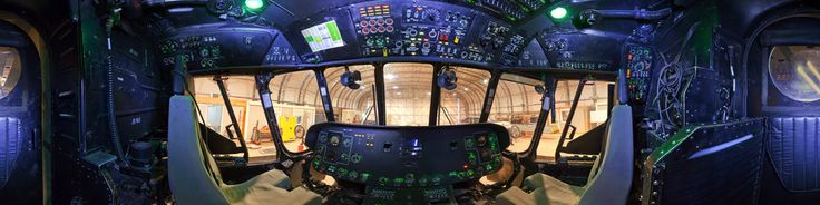 Кабина вертолета Ми-8МТВ-5 Авиационная база Шинданд Афганистан Российские вертолеты используются для обучения пилотов-афганцев. В кабине установлена американская авионика