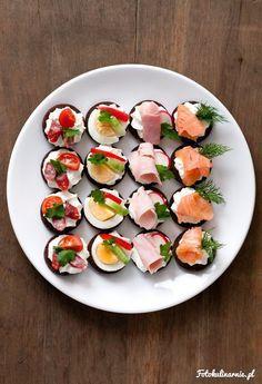 Smaczne, eleganckie małe kanapeczki z twarożkiem na pumperniklu, w 4 rodzajach: z łososiem, jajkiem, szynką i kabanosem.