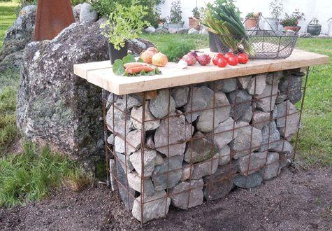 Gabionbordet är rejält - men inget man flyttar runt i trädgården. Just detta bord finns i Äppelgården Design & Trädgårds visningsträdgård nära Vingåker i Södermanland.