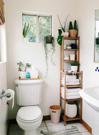 なんといってもたくさん収納があるのは有り難いですよね。一番簡単な方法として、ラックを置いてみましょう。こちらは大きさの異なるラックを積み重ねてトール収納にしている事例。洗面所を兼ねているトイレなどには小さい面積に置けるトール収納がおすすめです。オープン棚だとなお取り出しやすくて便利ですね。