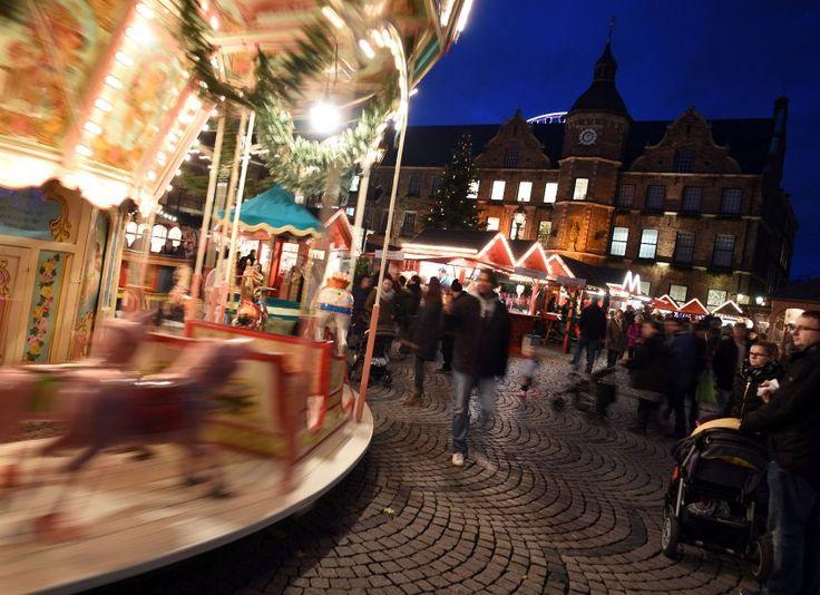In der Düsseldorfer Altstadt drehen sich die Karussells schon seit Mitte...