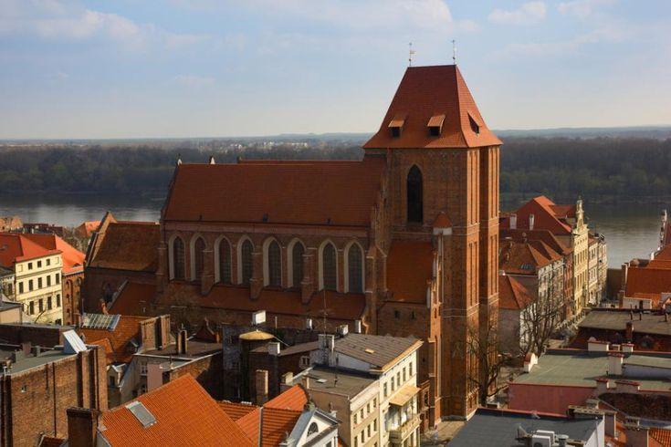 Toruń i jego katedra p.w. śś. Janów, wznoszona przez wiek XIV (2. poł) i XV; bazylika piękne wysklepiona (gwiaździście), fasada złożona z wieży zdobionej głównie wgłębieniem na portal rozciągniętym na całą wysokość elewacji.