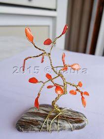 Filo metallico per l'alberino, il sasso per fare la base, smalto per unghie arancio per le foglie e trasparente per il sas...