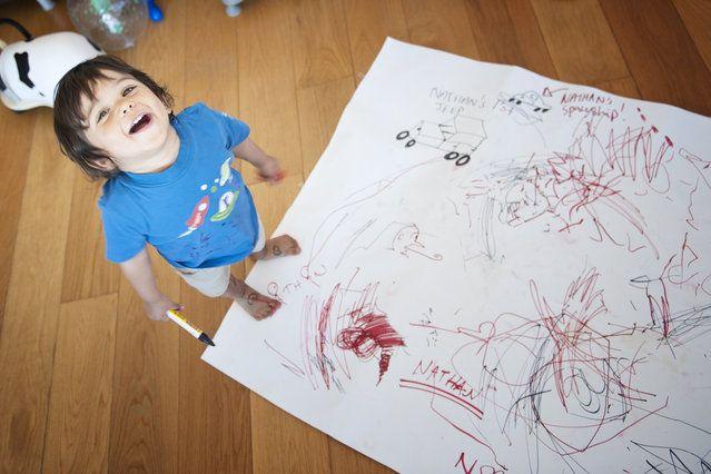 Na każdym etapie rozwoju dziecko zdobywa nowe umiejętności i doskonali już posiadane. Tak jest też z rozwojem mowy i kształtowaniem się zdolności rysowania, malowania, aż wreszcie pisania. A pismo z kolei jest kluczowym elementem nauki czytania i komunikowania się. I myślę tu oczywiście o pisaniu na papierze, za pomocą kredek, pisaków, długopisów, nie zaś o nauce rysowania literek na ekranie tabletu, co odbywałoby się przy zaangażowaniu jedynie palca wskazującego, czy pisaniu za pomocą…